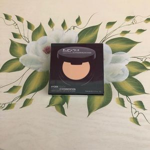 NYX Makeup - NEW NYX Hydra Touch Powder Foundation in Ivory